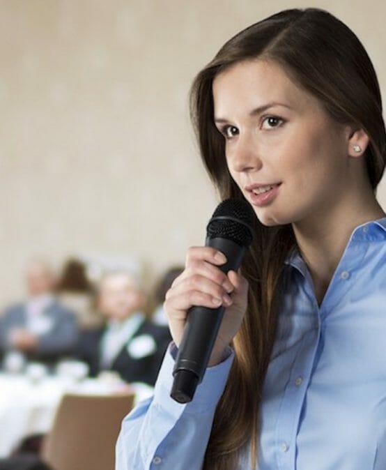 Parla in modo elegante e carismatico con una dizione perfetta